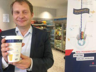 Umweltsenator Jens Kerstan stellte am vergangenen Montag die neuen Mehrwegbecher aus Porzellan in der Behördenkantine in Wilhelmsburg vor.Foto: ein