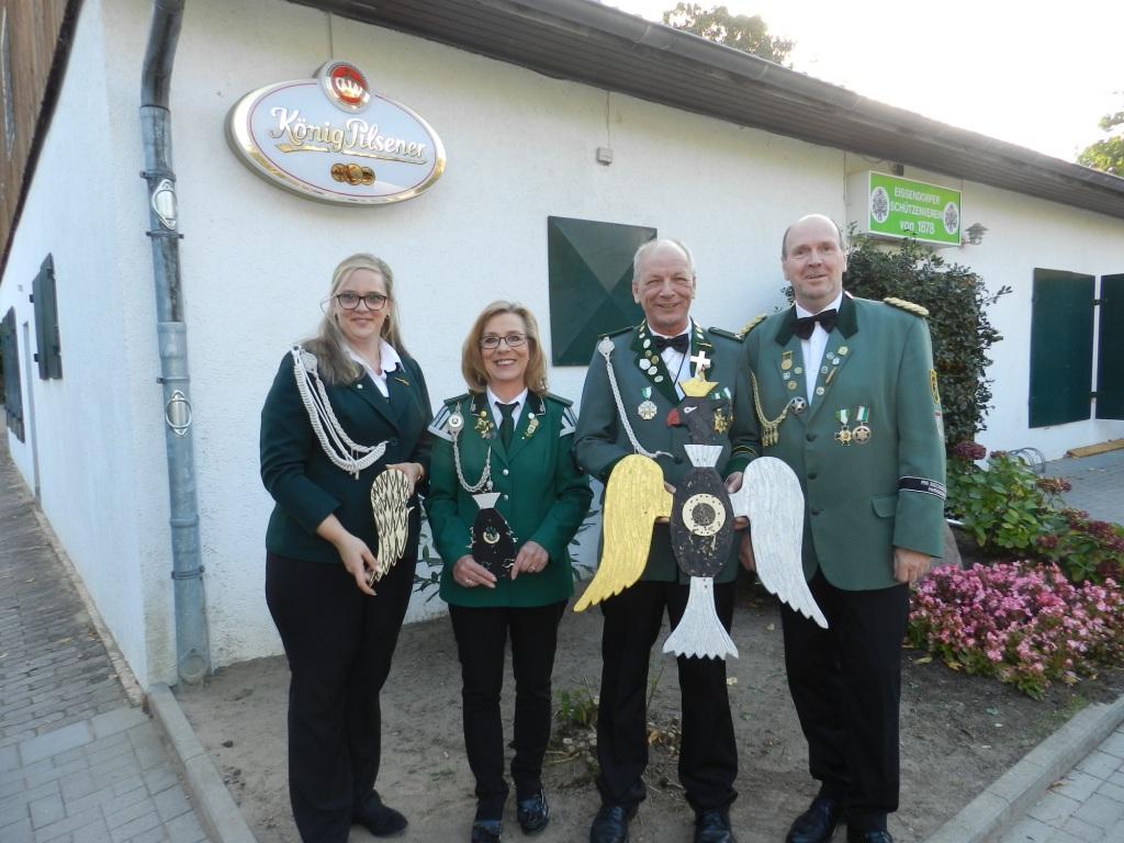 Regina Wohlgefahrt Vize Jörg Müller (mi.) mit ihren Adjutanten
