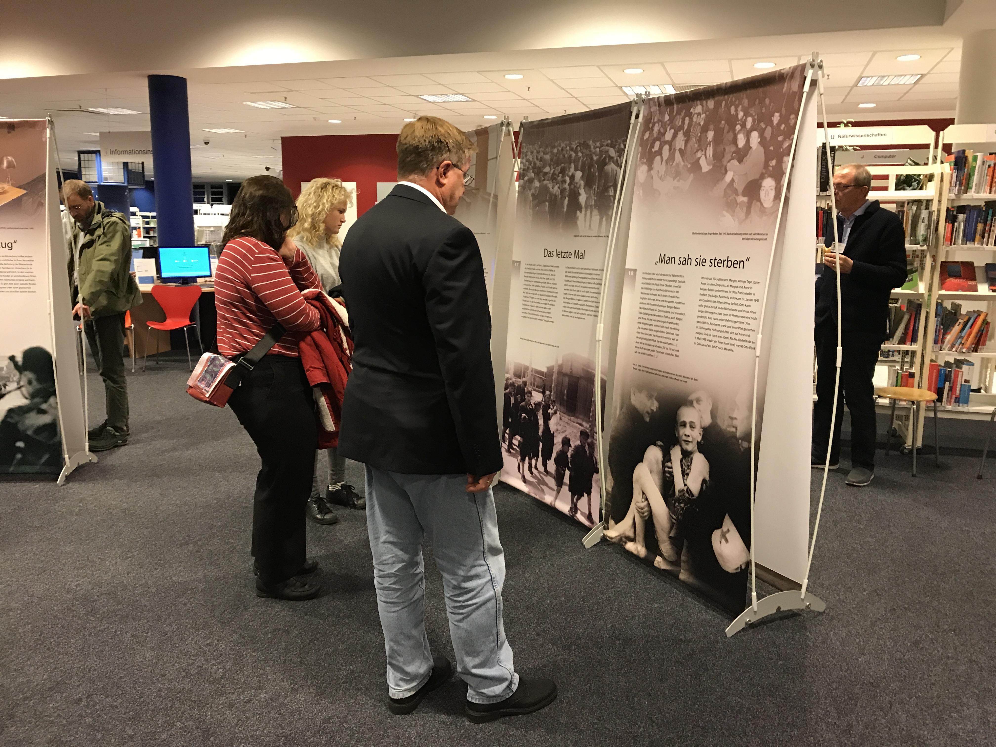 @Lina Knipfer -Erste Besucher der Anne Frank – Wanderausstellung in der Bücherhalle