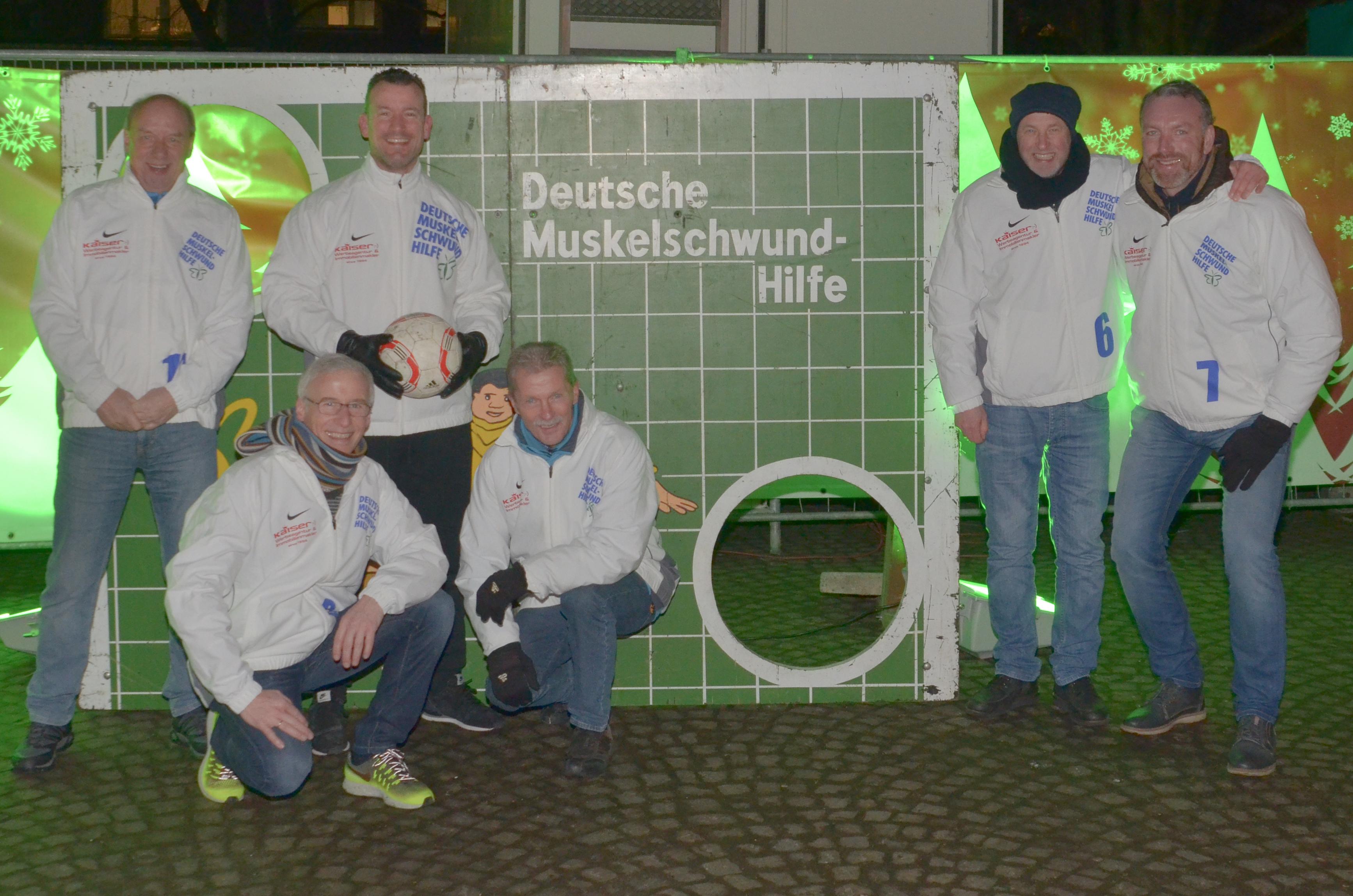 Kaiser Werbung -Gerd Jobmann Andreas Kaiser Marco Hörmann Jörg Duve Martin Ilker und Wolfgang Völkers (v.L.n.R.) freuen sich wie jedes Jahr auf eine erfolgreiche Torwandmeisterschaft auf dem Harburger Weihnachtsmarkt.