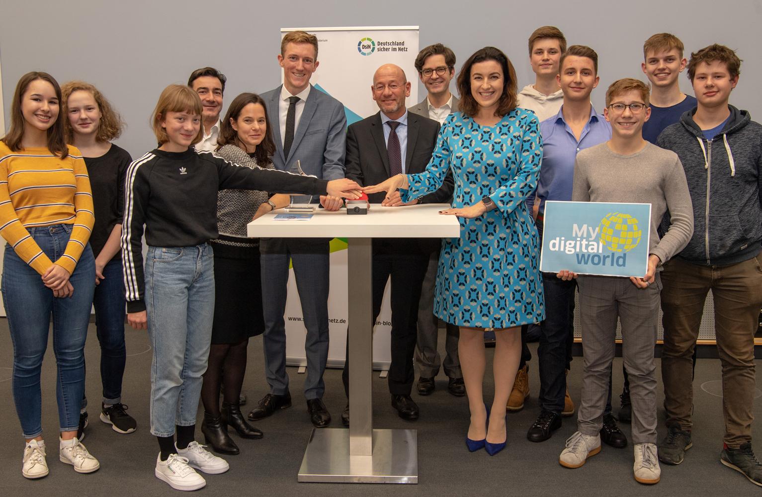 Deutschland sicher im Netz e.V. -Staatsministerin Dorothee Bär hat im Rahmen des Digital-Gipfelsrder Bundesregierung den Jugendwettbewerb myDigitalWorld gestartet.