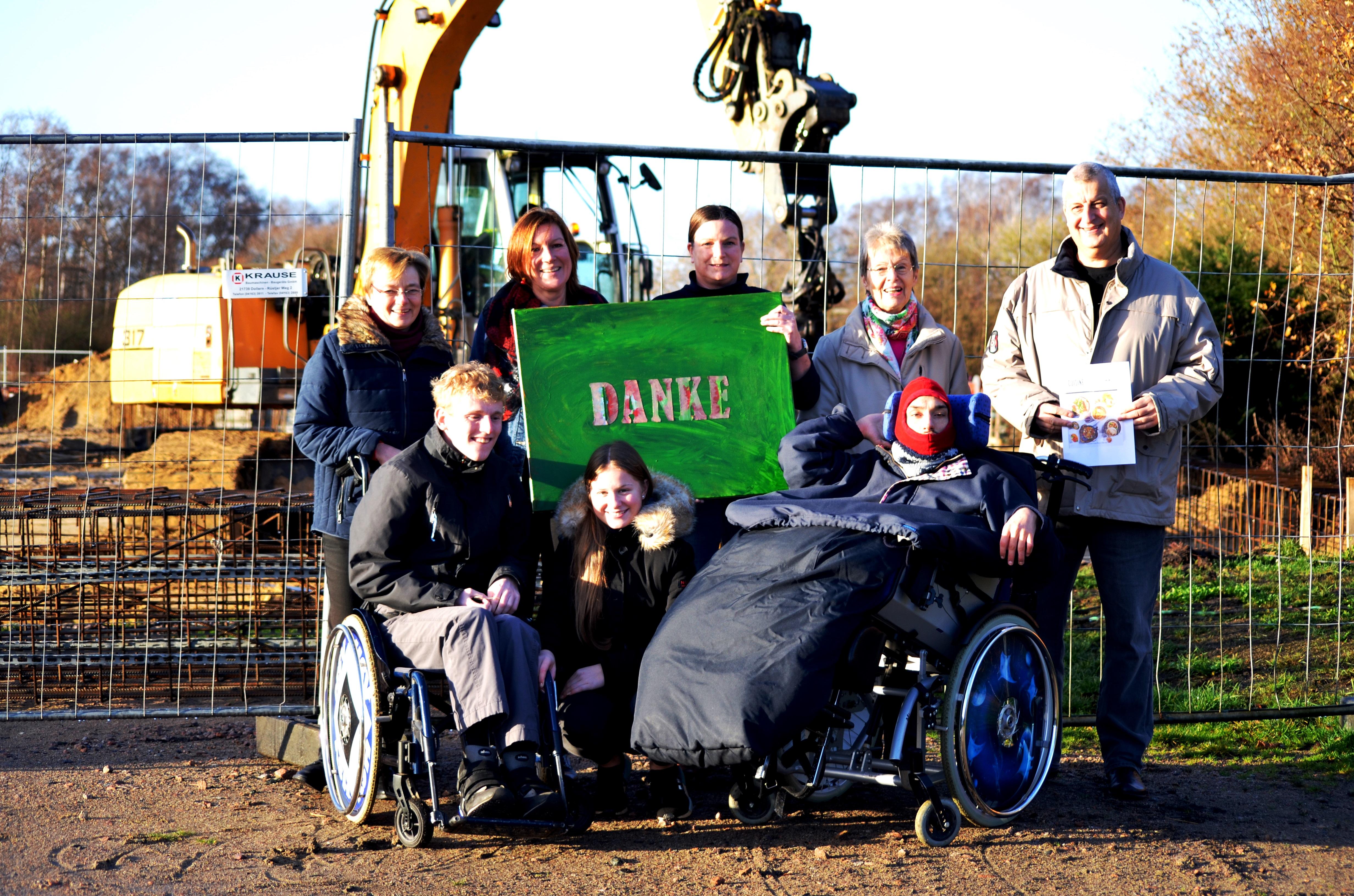 LeA -Mitarbeiterinnen und Bewohner von LeA bedanken sich bei Helga Liedtke (hinten links) und Andreas Liedtke (hinten rechts) sowie der Nachbarin Renate Röttmer (hinten 2. von rechts).