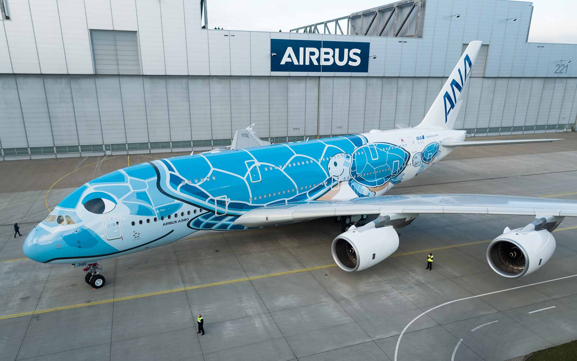 Airbus/augure -Die erste A380 für ANA verlässt die Lackierhalle in Hamburg.