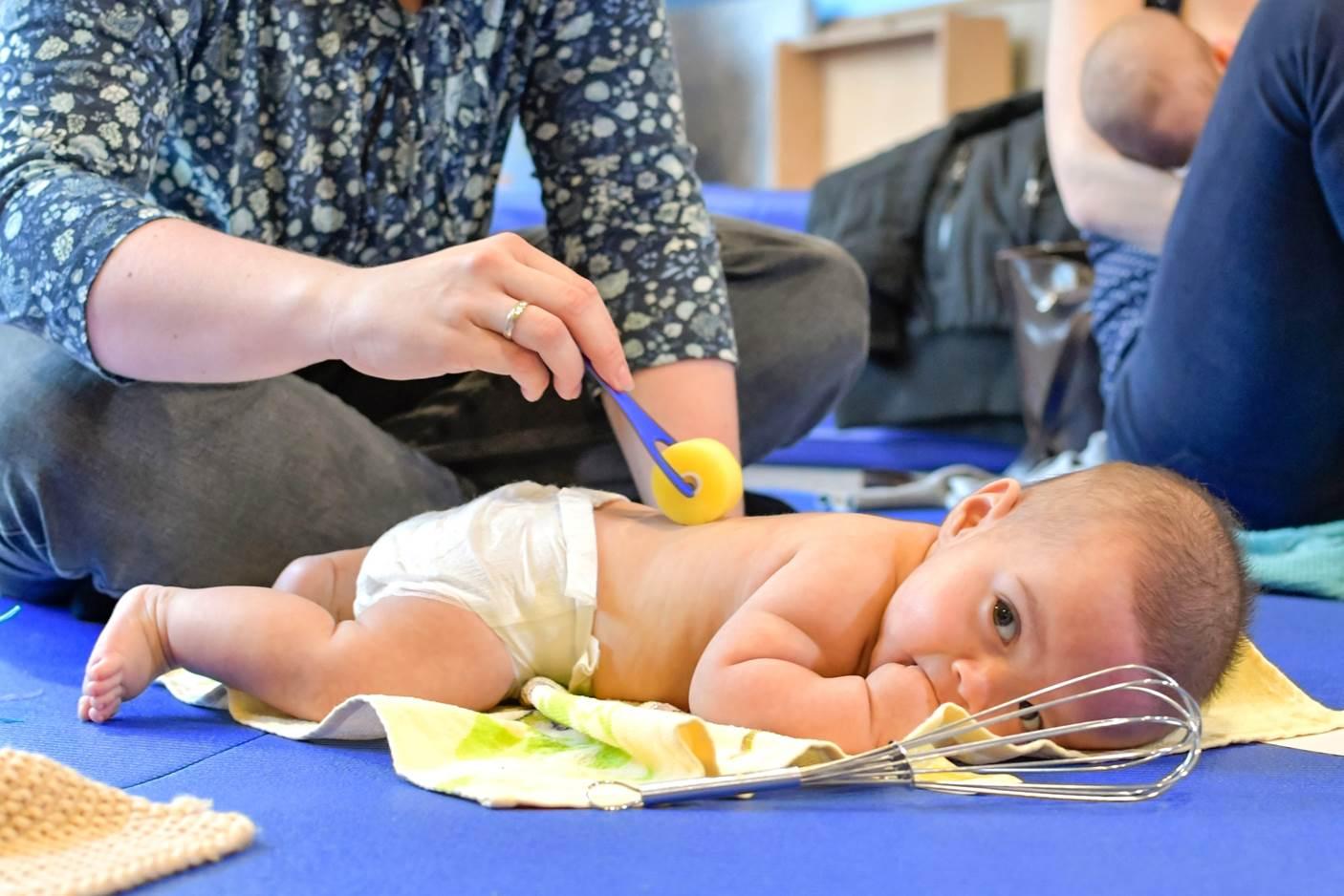 In den Babykursen erlernen die Teilnehmer Babymassage erproben erste Spiele und erhalten Tipps zur Ernährung zum Stillen und zur Erziehung. Foto: ein