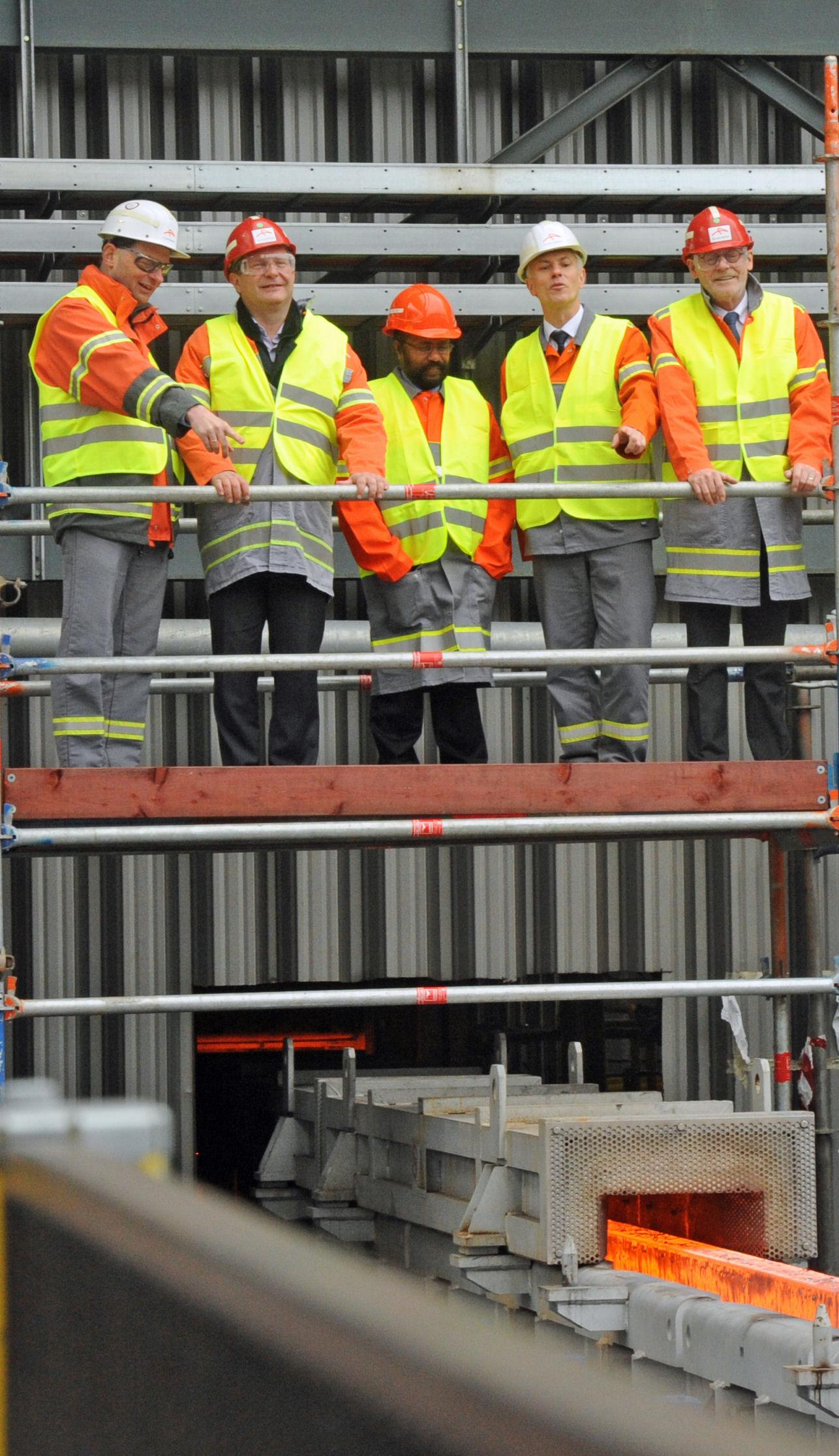 ArcelorMittal Hamburg -Umweltsenator Kerstan (2.v.l.) und WirtschaftssenatorrMichael Westhagemann (re.) weihen den neuen Hubbalken-Ofen ein. Er bringt viele Vorteile: Weniger Energieverbrauch Reduktion der CO2-Emissionen höhere Effizienz Produktion von 2 Tonnen Coils möglich hoherQualitäten.