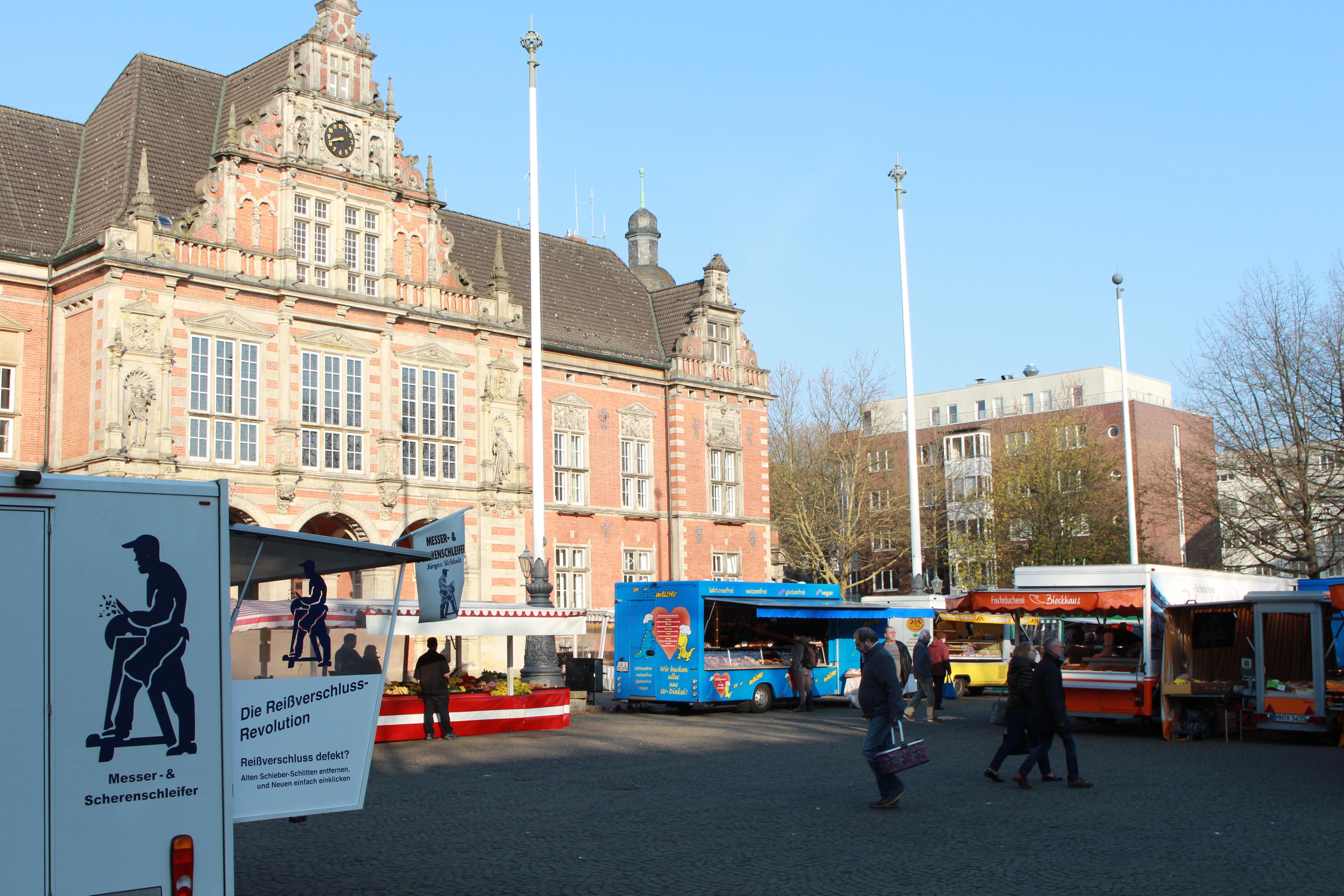 pm -Für zumindest ein halbes Jahr ist der Markt vom Sand auf den Rathausplatz umgezogen.
