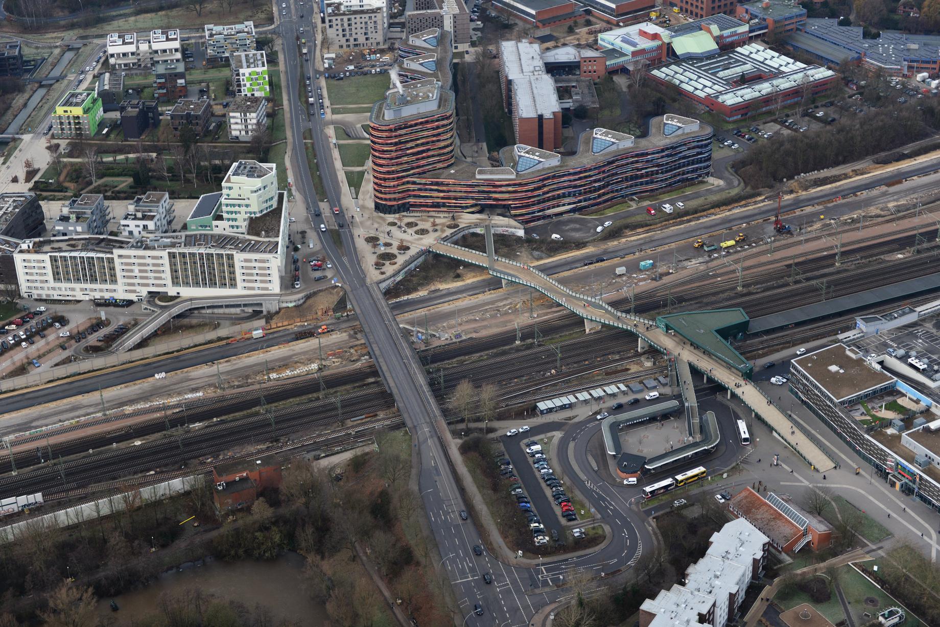 Der Blick von oben zeigt die neue Trasse der Wilhelmsburger Reichsstraße im Bereich Neuenfelder Straße. Ende 2019 wird die neue Trasse für den Verkehr freigegeben. Foto: Fotofrizz