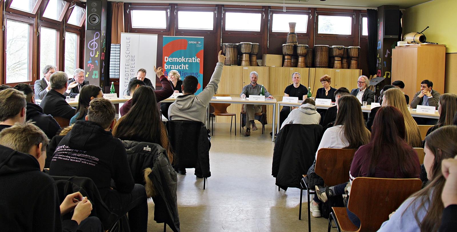 Anke Fock -Am 4.April trafen sich Bezirkspolitiker aller Fraktionen mit  Schülern der neunten Klasse zu einer Diskussion der auch Schüler aus weiteren neunten und zehnten Klassen zuhörten.