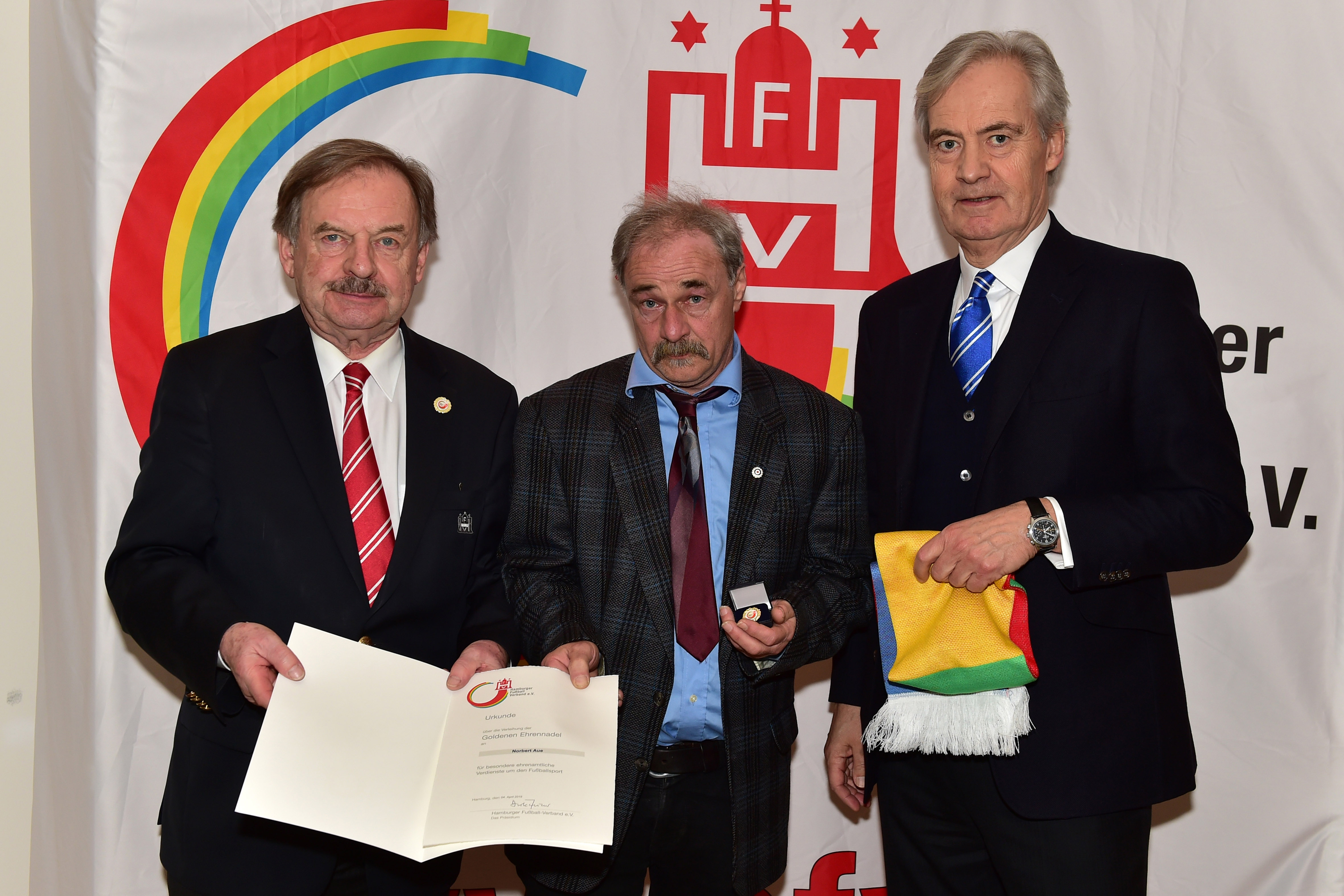 HFV -Norbert Aue mit HFV-Präsident Dirk Fischer und HFV-Vizepräsident Carl-Edgar Jarchow