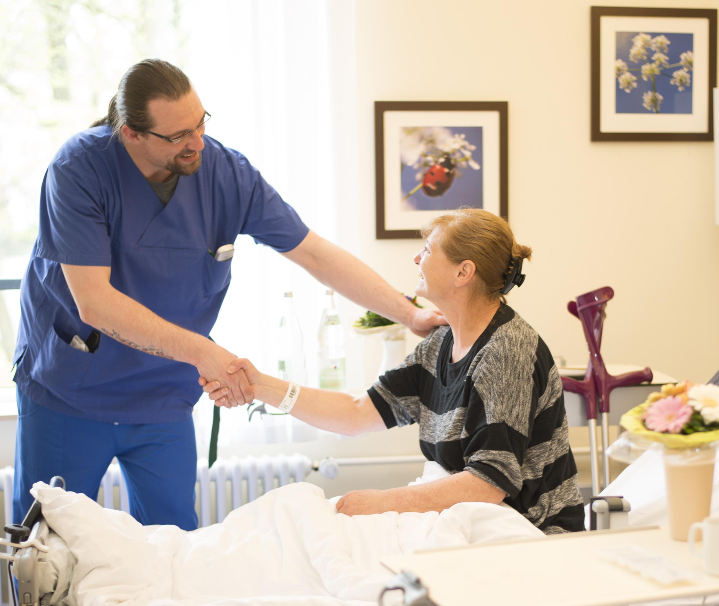 Helios -Rund 250 Pflegekräfte engagieren sich täglich in der Helios Mariahilf Klinik Hamburg fürrdas Wohl der  Patienten.