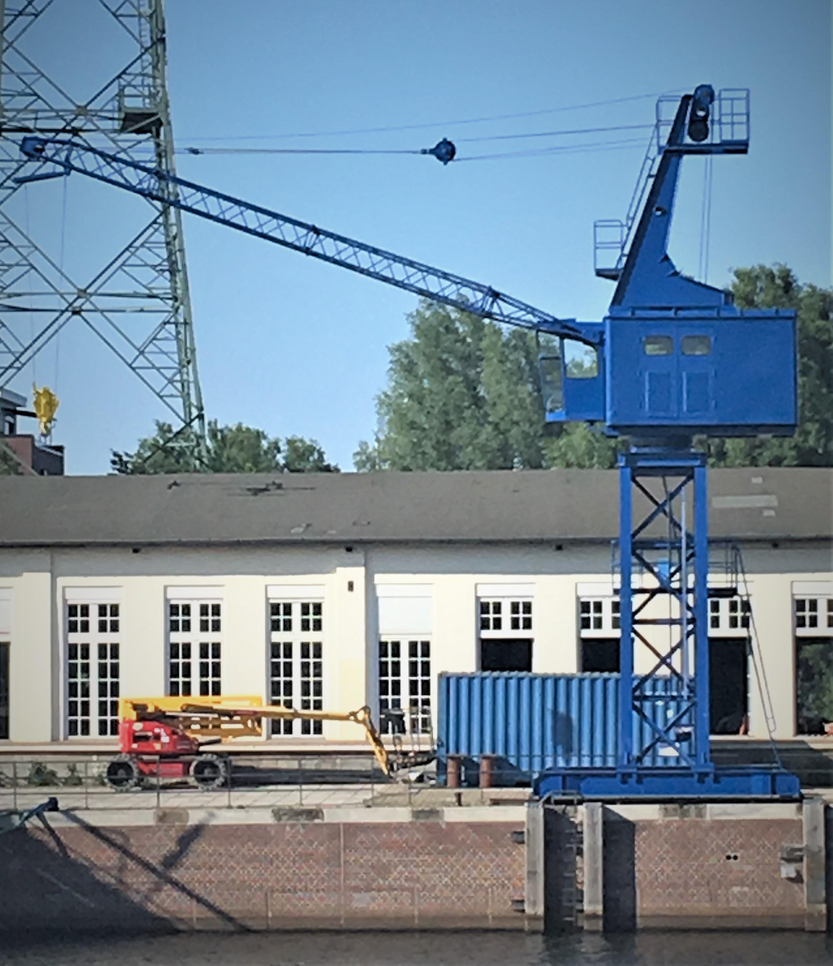 """Museumshafen -Es ist vollbracht: Der Kranausleger """"winktÒ nach Westen."""