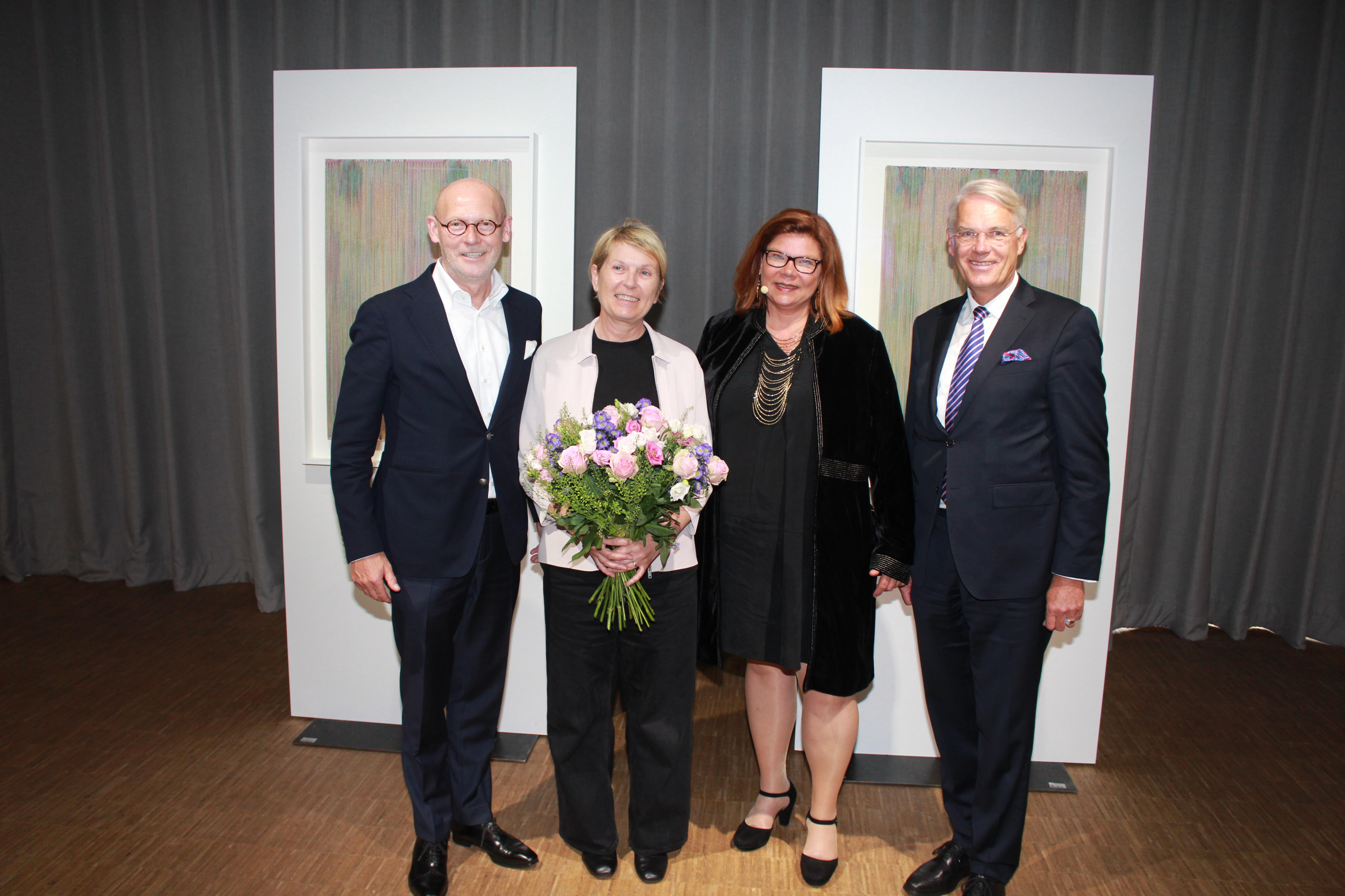 pm -Edith Dekynd (2.v.l.) nahm den Kunstpreis aus den Händen von (v.l.) Michael Westhagemann Ina Günther und Georg Mecke entgegen.