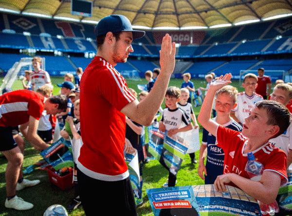 Tormann Daniel Heuer Fernandes: Abklatschen mit den jungen Fans.