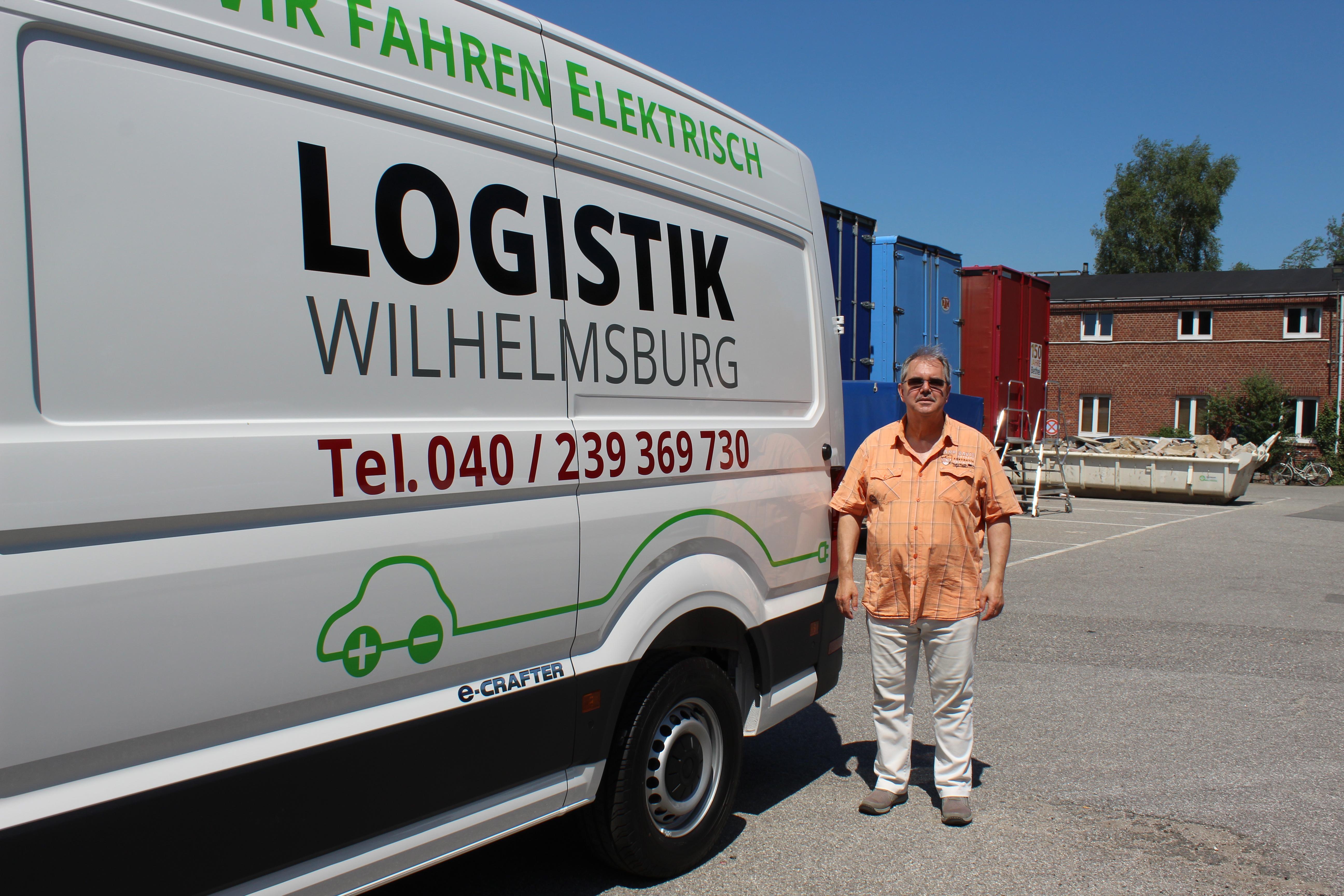 Betriebsleiter Norbert Meiburg freut sich nicht nur über die neuen Räumlichkeiten im Puhsthof sondern auch über den neuen E-Transporter. Foto: au