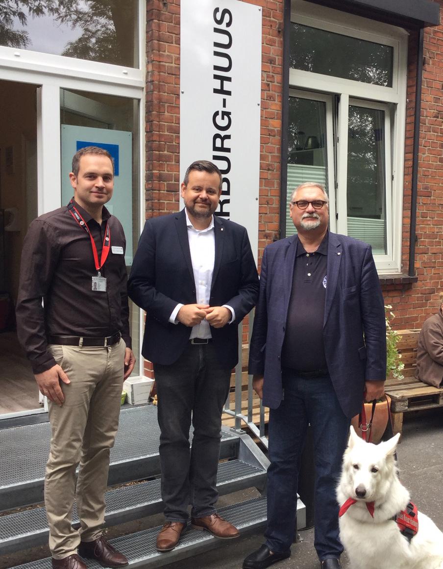 """DRK-Kreisverband Hamburg-Harburg -Unterkunftsleiter Thorben Goebel-Hansen (l.) und DRK-Vorstand Harald Krüger (r.) mit CDU-Fraktionschef André Trepoll am """"Harburg-HuusÒ"""