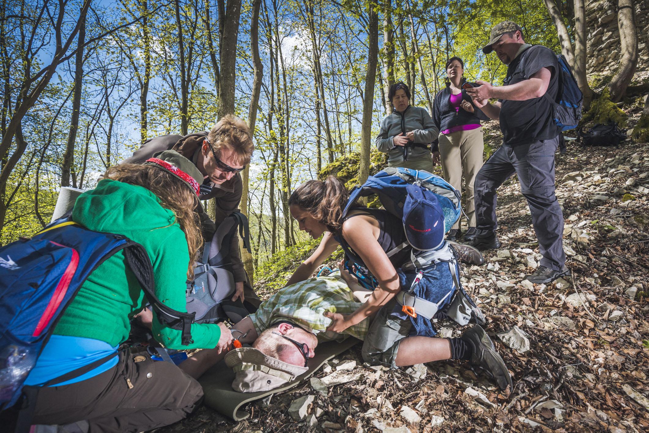 Tobias Grosser/Johanniter -Im Ernstfall auch draußen schnell helfen: Die Johanniter bieten einen Outdoor-Erste-Hilfe-Kurs in der Lüneburger Heide an.