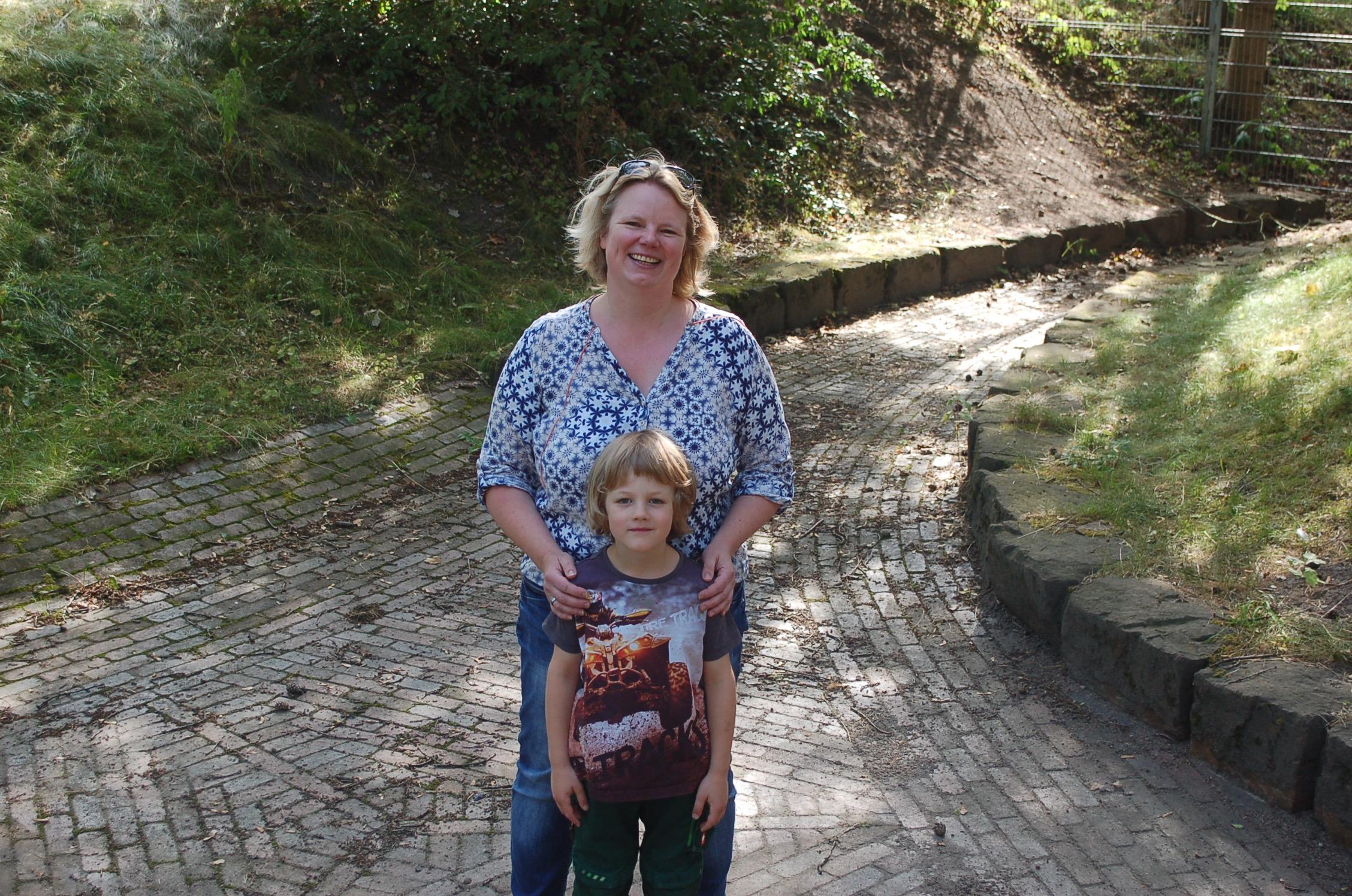 mk -Die CDU-Bezirksabgeordnete Brit-Meike Fischer Pinz und ihr Sohn Stian warten sehnsüchtig auf das Wasser.