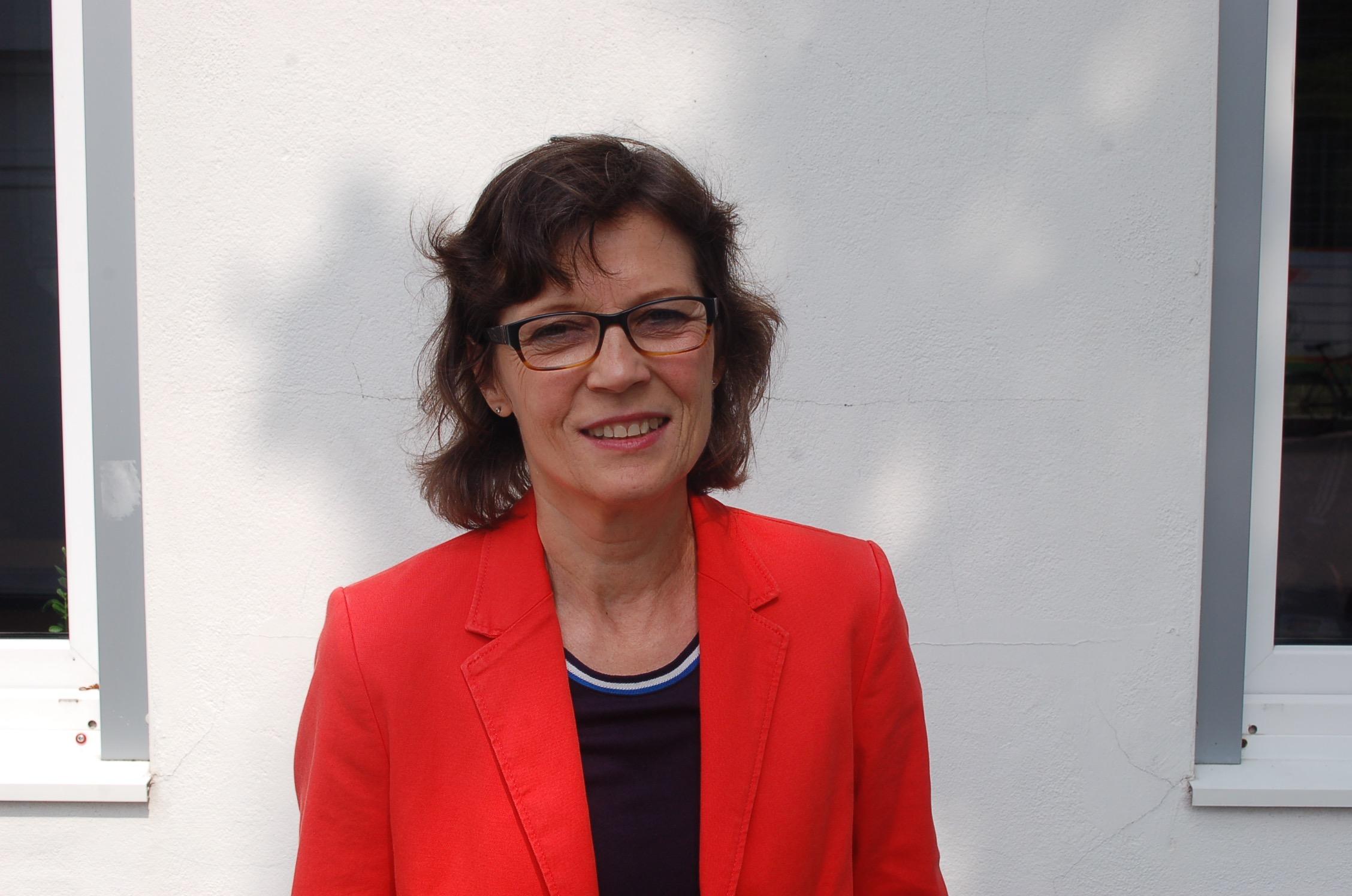 mk -Die grüne Bezirksabgeordnete Dr. Gudrun Schittek kritisiert das Tempo der Sanierung von Häusern in Moorburg.