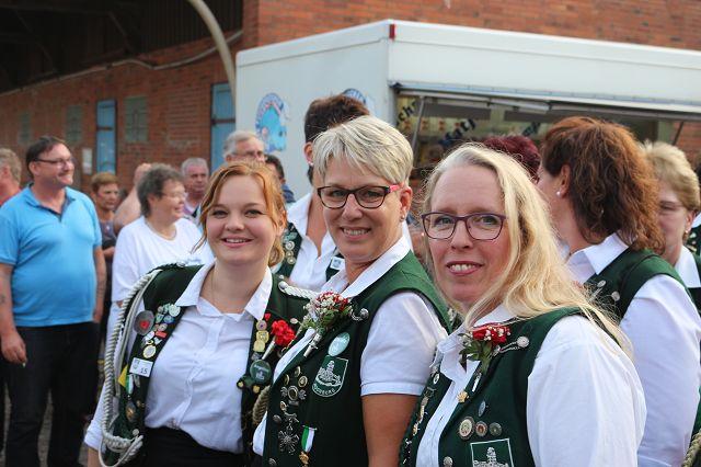 Dirk Ammer -Damenkönigin Claudia Suhr (Mitte) mit ihren Adjutantinnen Angelina Kaufmann und Iris Doobe (v.l.)