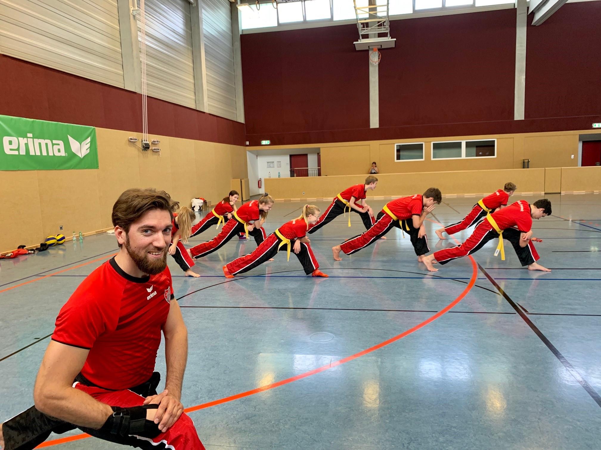TuD Fleestedt -Patrick Behrendt beim Warmup für das Kickbox-Training im Sportzentrum Seevetal