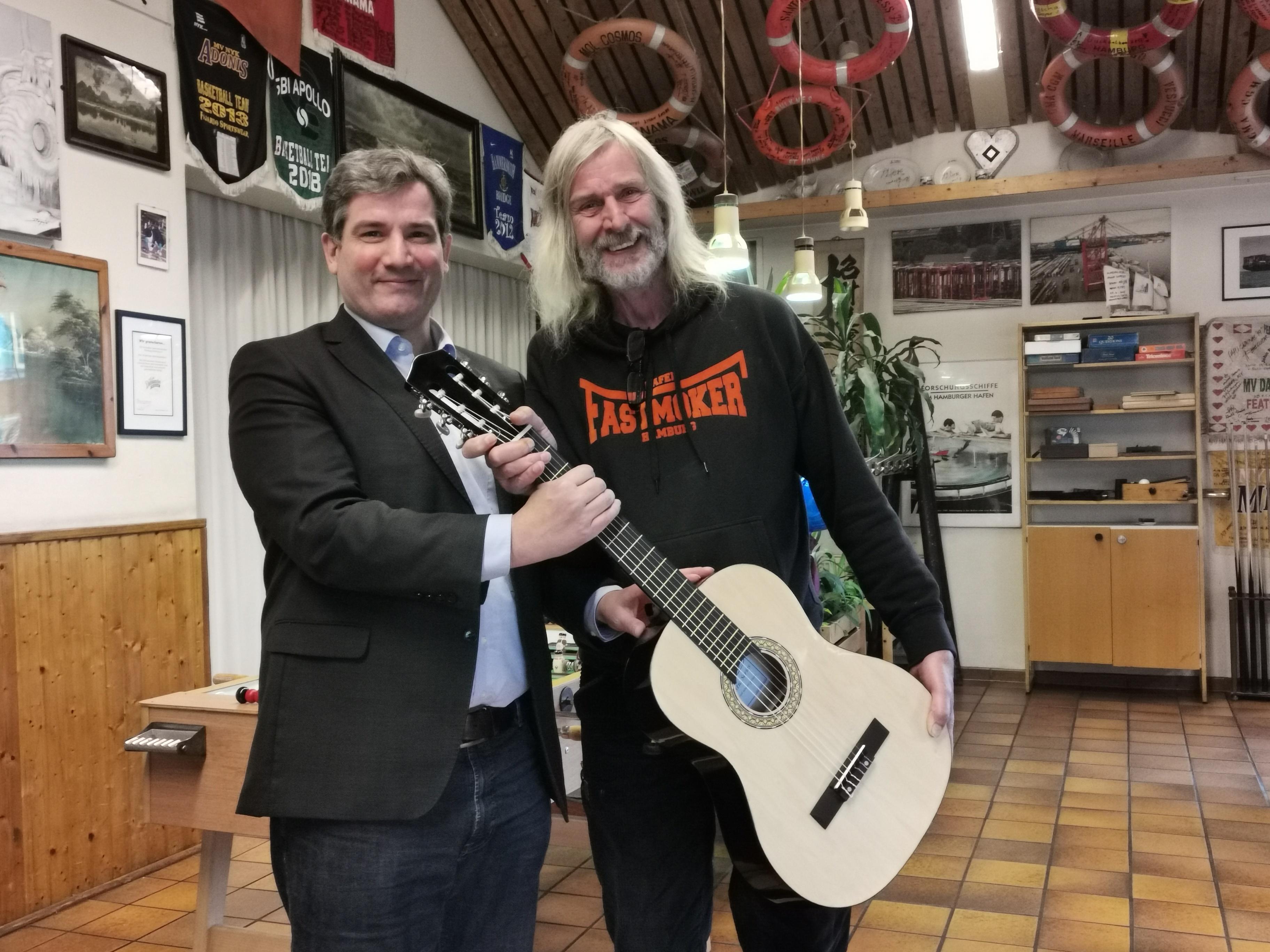 SPD -Metin Kakverdi (li.) überreichte Jan Oltmanns eine Gitarre