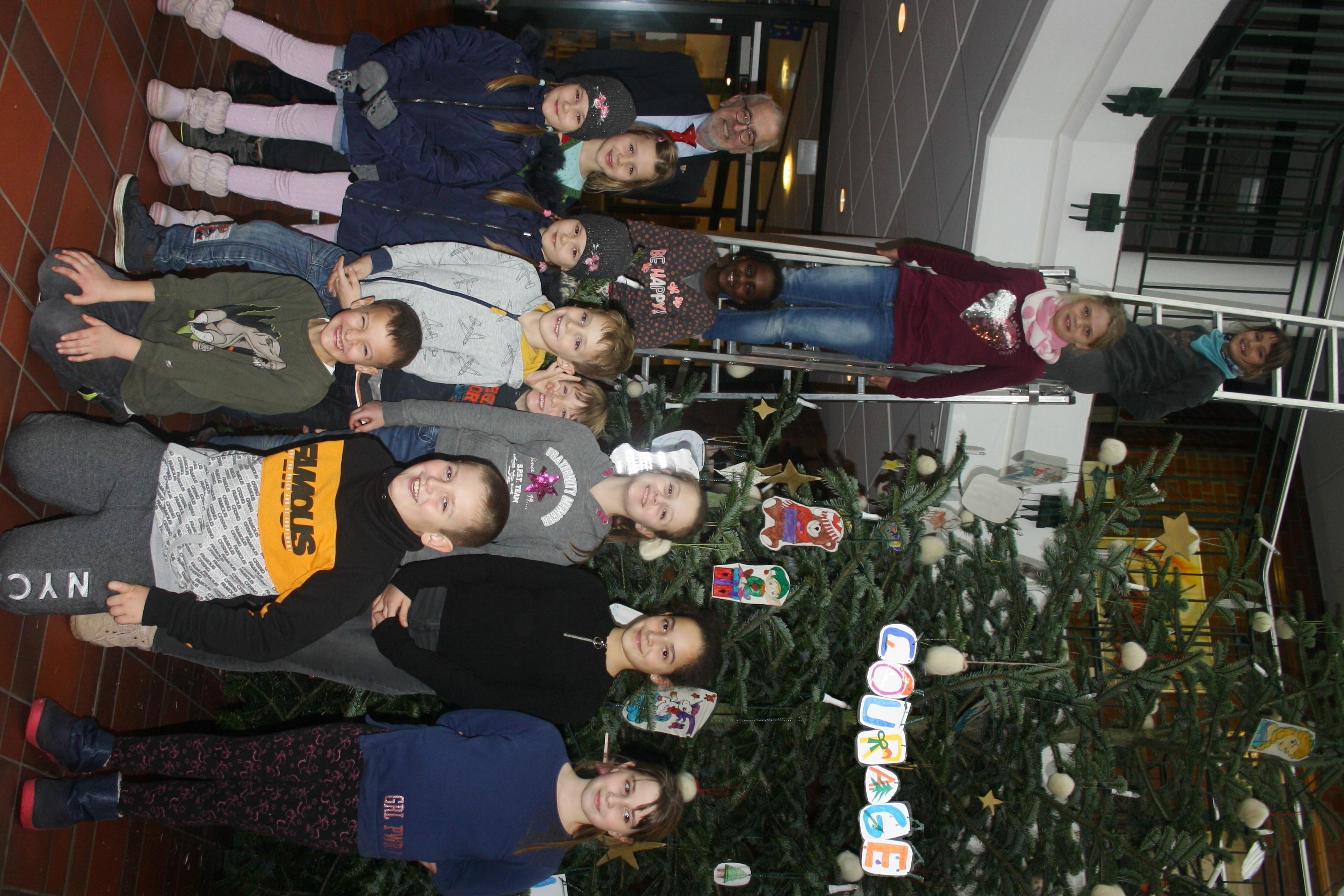 Gemeinde neu Wulmstorf -Weihnachtsbaumschmücken mit den Kindern des Pädagogischen Mittagstisches im Mehrgenerationenhaus Courage