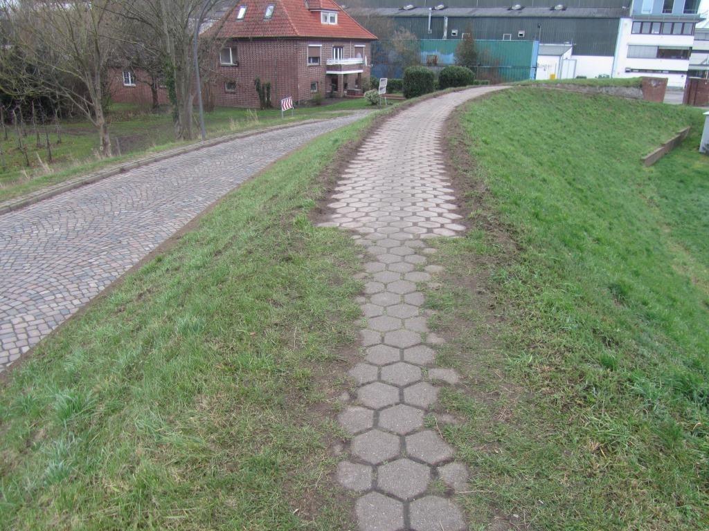 HPA -HPA hat in den vergangenen Wochen mit der Instandsetzung des Deichkronenweges auf dem Neuenfelder Estedeich begonnen.