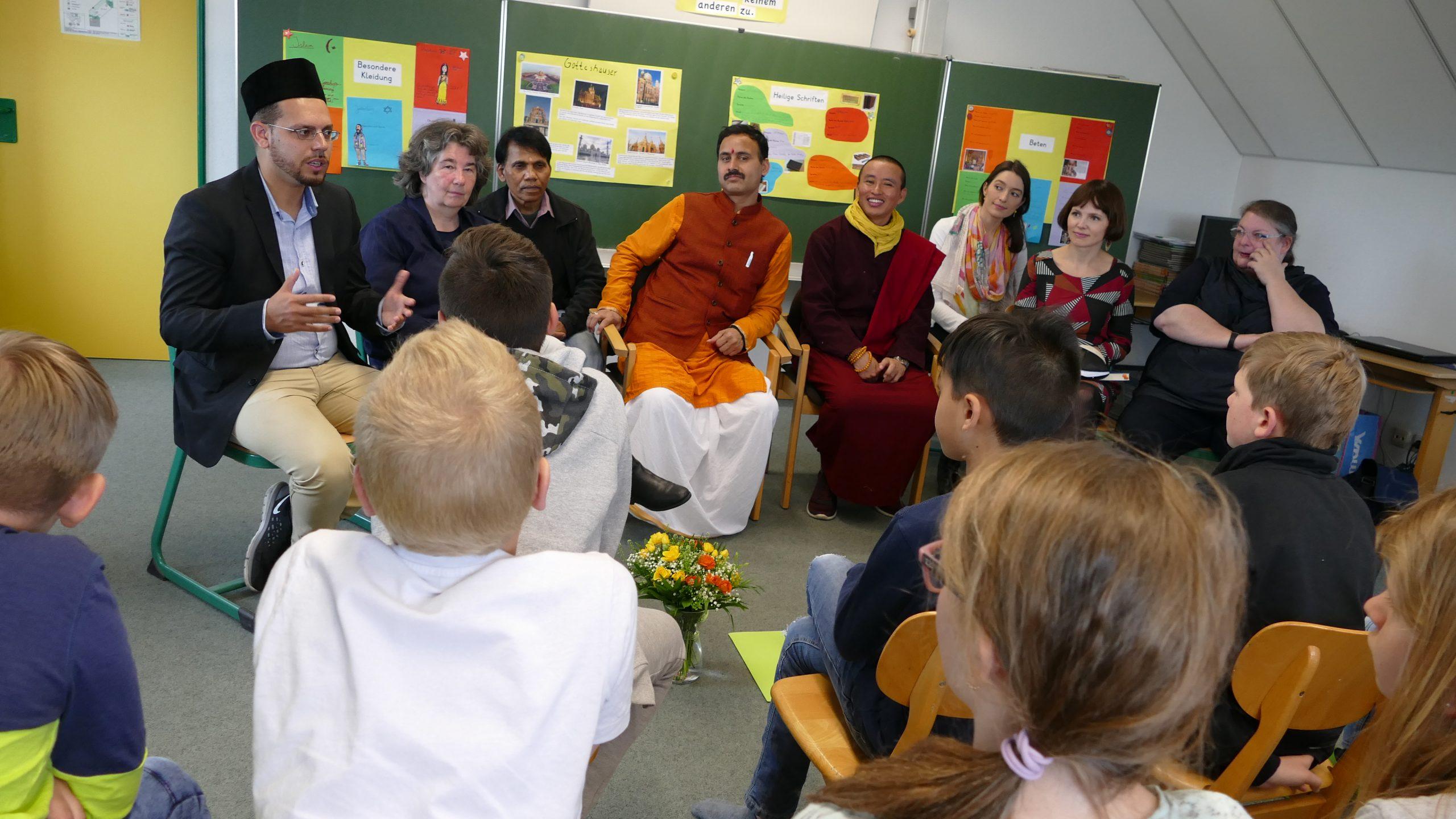 Der Höhepunkt jeder Projektwoche ist eine Gesprächsrunde mit authentischen Religionsvertretern die die Fragen der Schülerinnen und Schüler beantworten Foto: ein