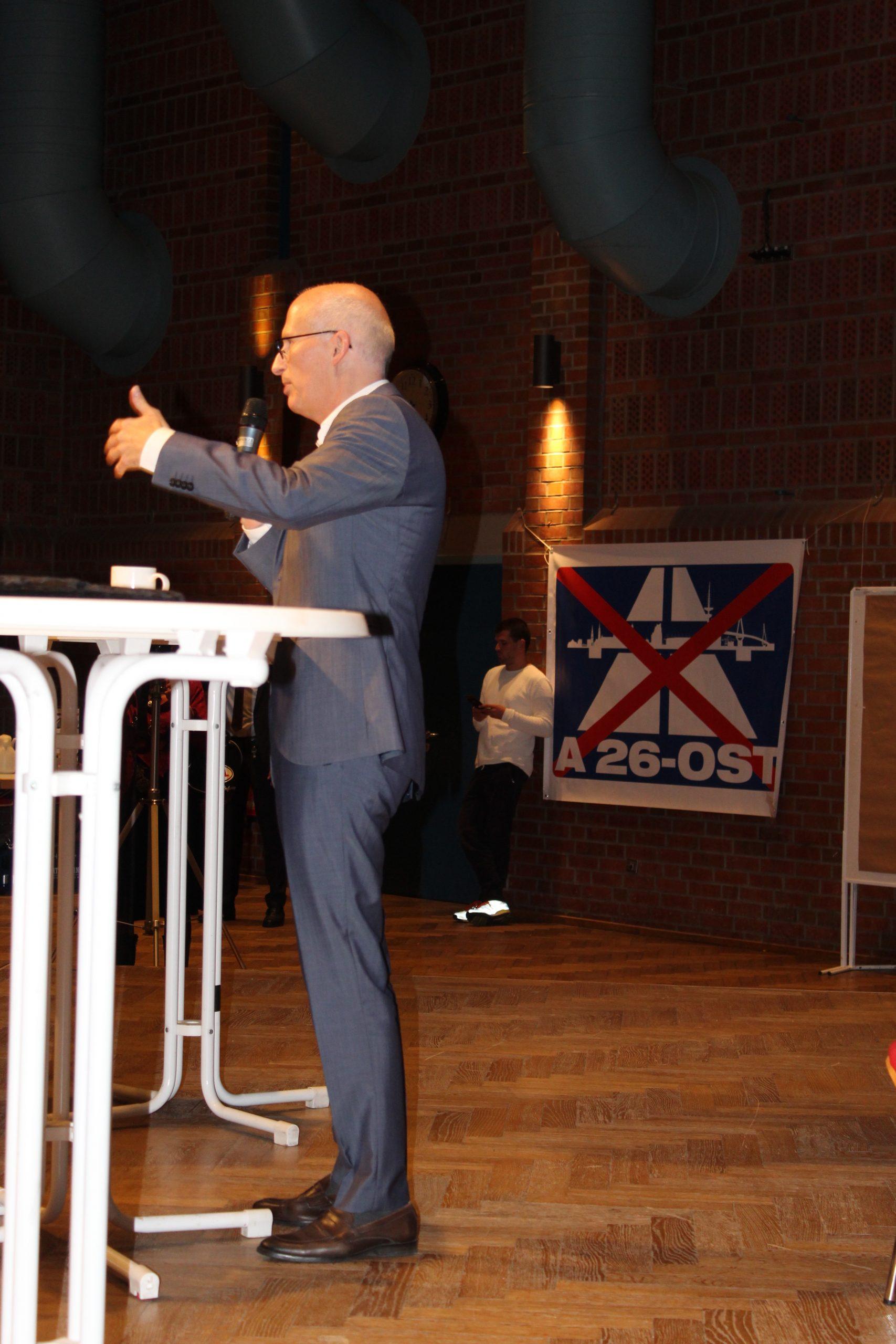 Hamburgs Erster Bürgermeister Peter Tschentscher beim Pegelstand Elbinsel im September vergangenen Jahres und eine eindeutige Botschaft seitens der Gegner der A 26 Ost im Hintergrund. Foto: au