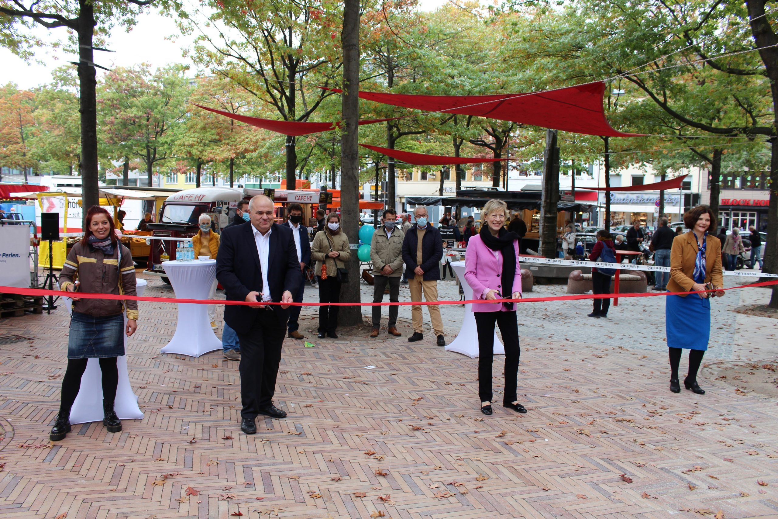 pm -Sie weihten die neu gestaltete Marktfläche offiziell ein (v.l.):Blumenhändlerin Simone Micheel Bernd Meyer Dorothee Stapelfeldt und Sophie Fredenhagen und schnitten gemeinsam das  rote Band durch