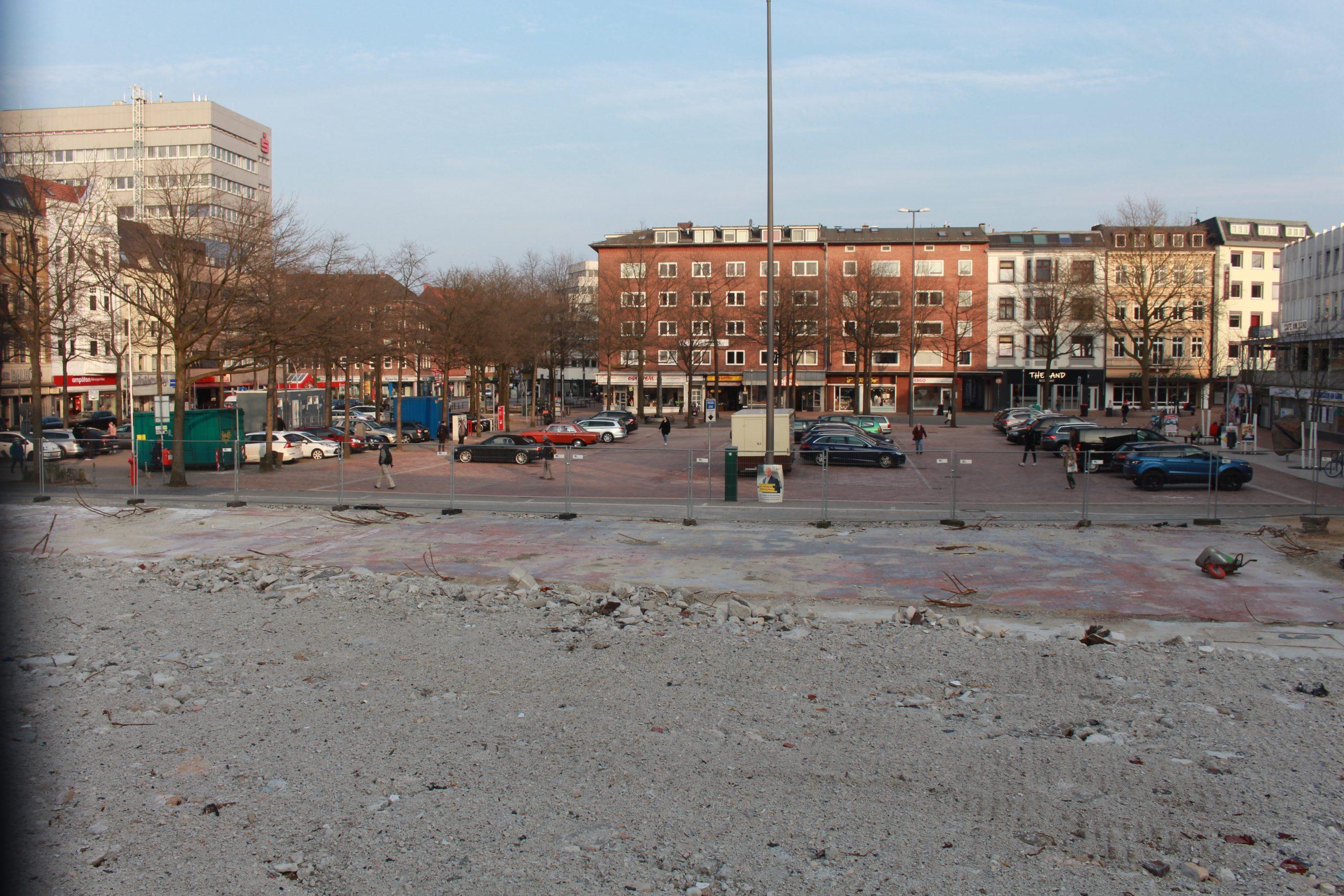 """pm -Wenn auch nur vorübergehend: freier Blick aus der Neuen Straße auf die Marktfläche am Sand (im Vordergrund das was vom ehemaligen """"BoleroÒ bzw. McDonald's übrig geblieben ist: Schuttreste."""