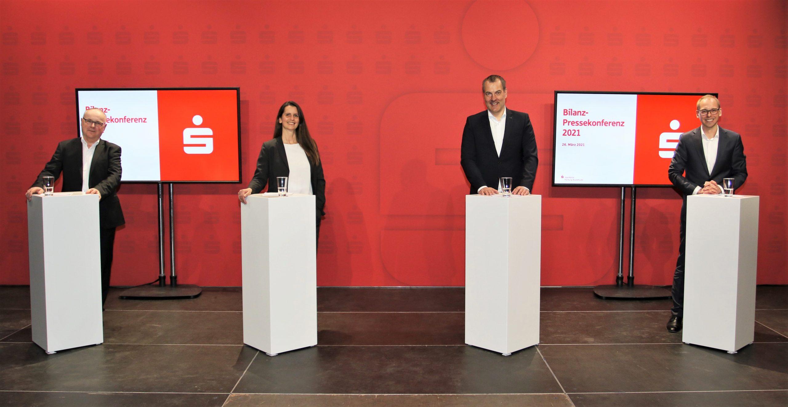 ein -Der Sparkassenvorstand mit Bodo Ihlenburg (v.li.) Sonja Hausmann Vorstandsvorsitzendem Andreas Sommer und Holger Iborg blickt trotz Corona auf ein solides Geschäftsjahr 2020 zurück