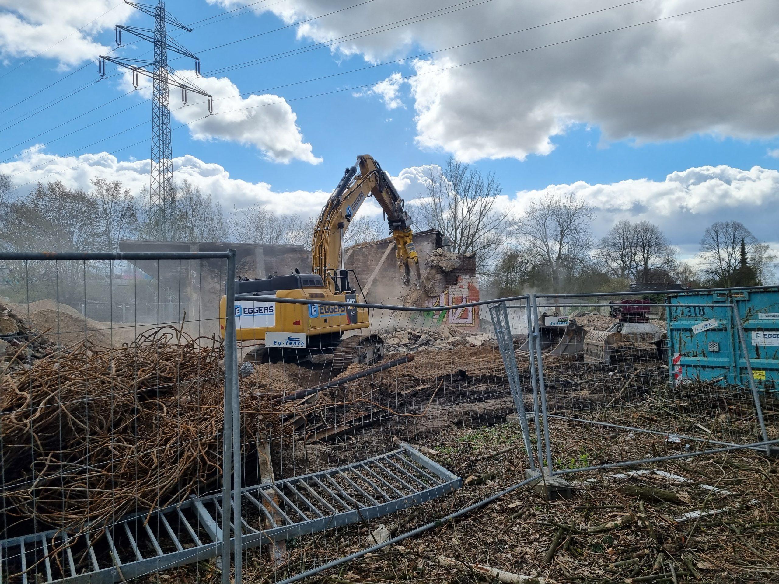 Bis zum Spätsommer sollen die Arbeiten für den Rückbau der Wilhelmsburger Reichsstraße abgeschlossen sein. Die Brücke über den Ernst-August-Kanal steht bereits nicht mehr. Foto: au