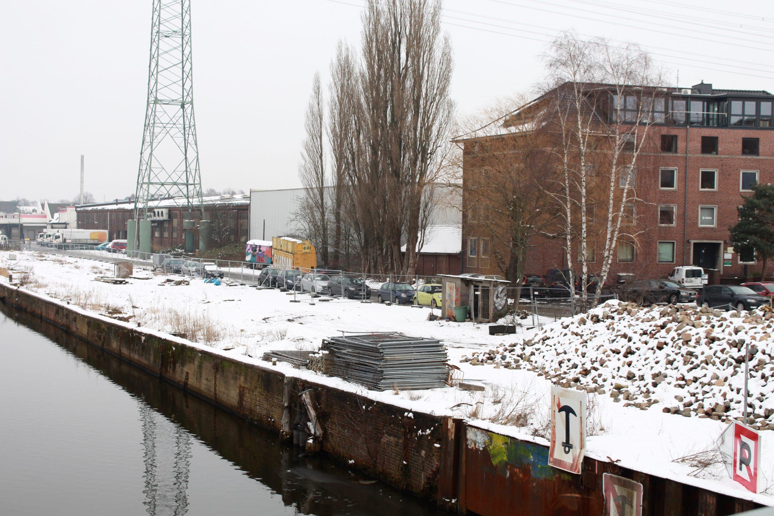 pm -Die Kaimauer fotografiert am 2. Februar als noch Schnee lag