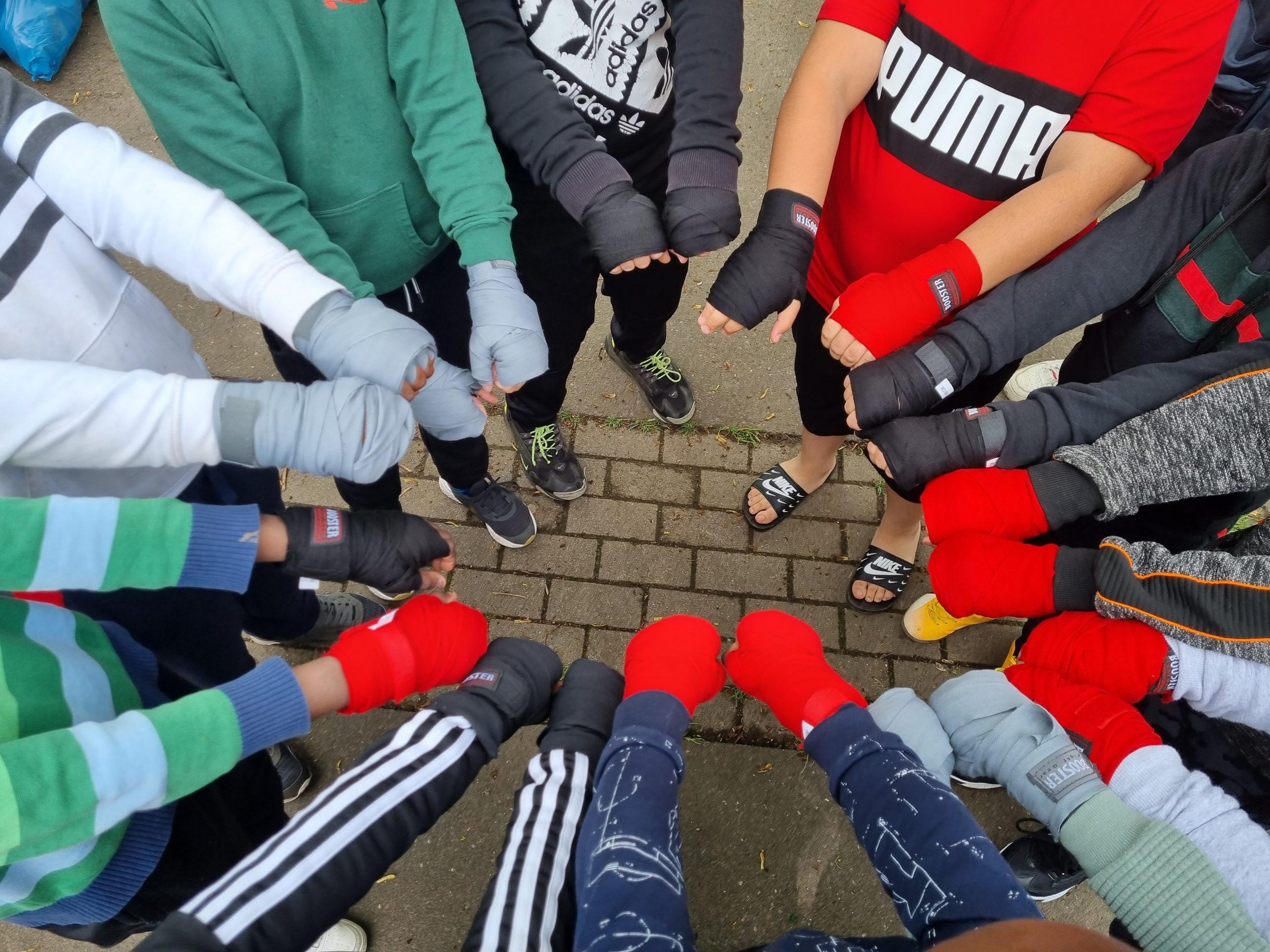 TITELBILD Fertig bandagiert und bereit fürs Training: Bis zu den Sommerferien gibt es ein Kickbox-Angebot für Kinder und Jugendliche im Reiherstiegviertel Fotos: au