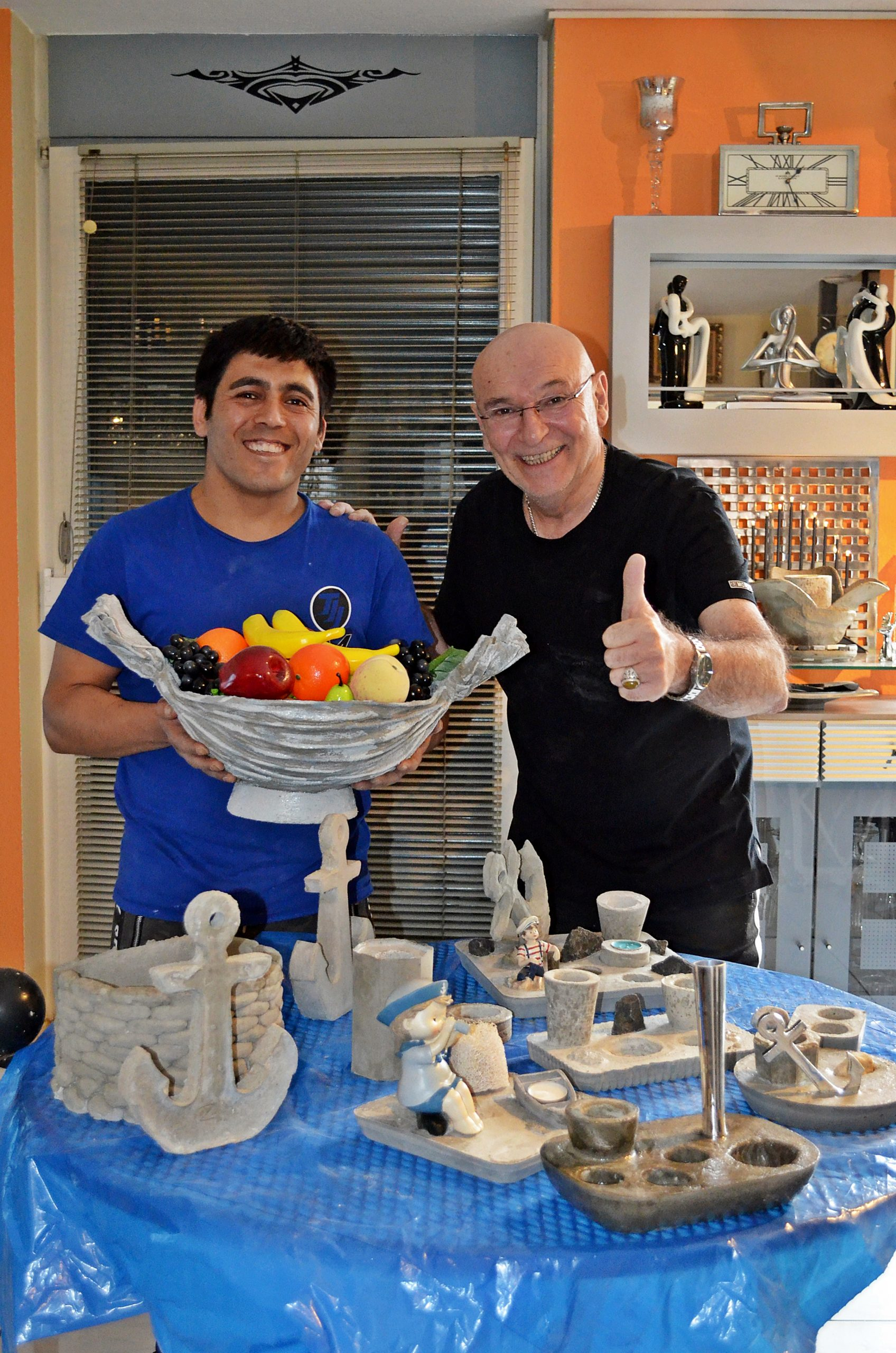 Foto: gd -Mit Zabi hat Peter Sebastian einen fleißigen Helfer gefunden der ihm nicht nur bei der Herstellung der Zementunikate hilft sondern auch bei der Starpyramide im Hintergrund mit Hand anlegt