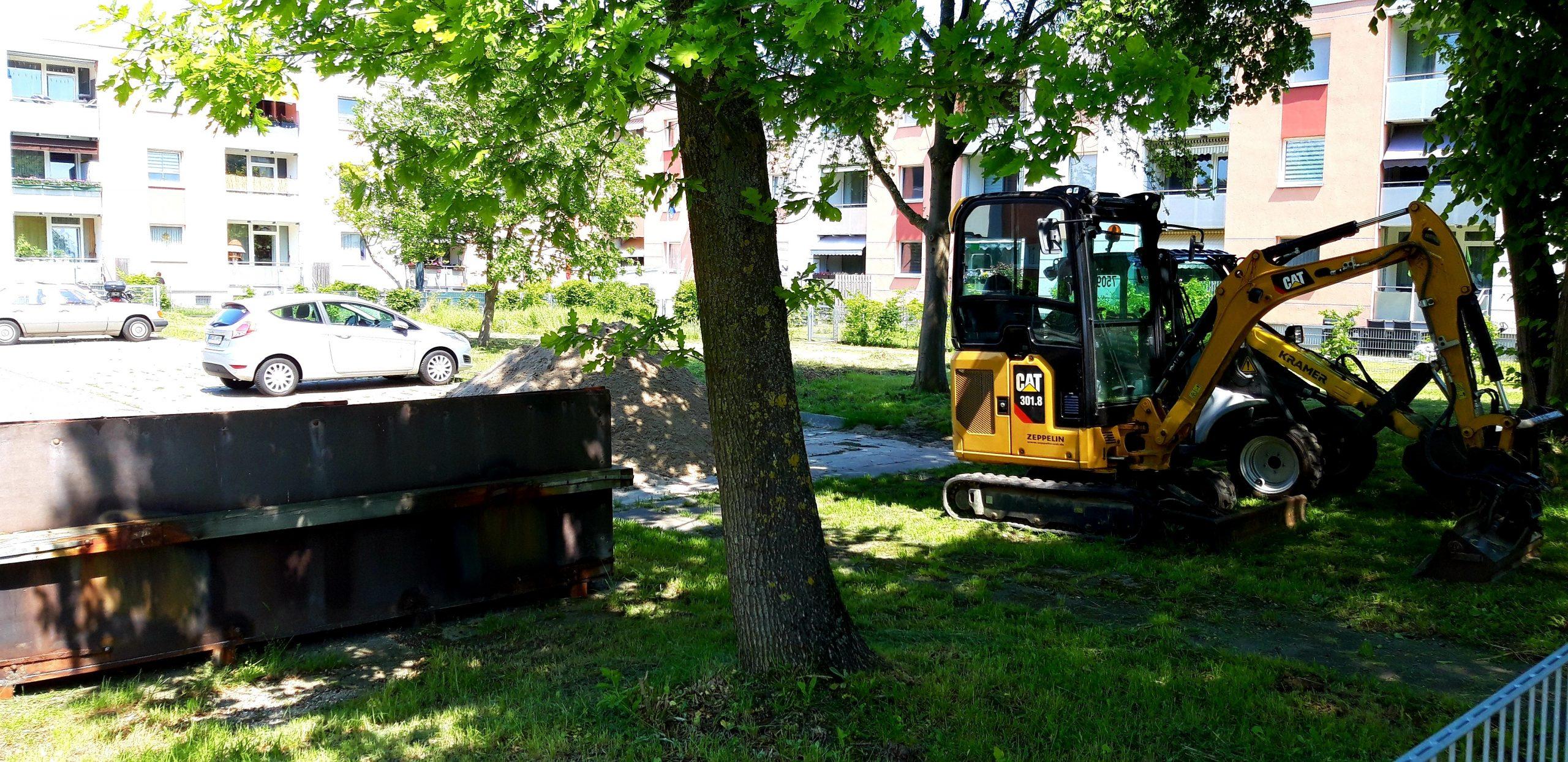 Baufahrzeuge einer Gartenbaufirma stehen auf dem Stellplatz.