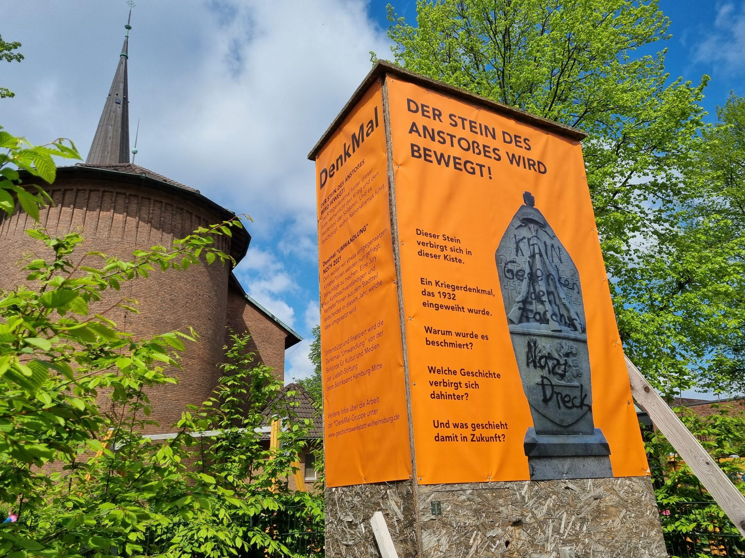 Bereits seit mehreren Jahren ist das umstrittene Kriegerdenkmal hinter einer Holzkiste versteckt. Nun soll es künstlerisch kommentiert werden. Foto: au